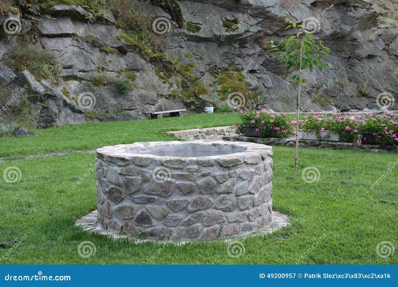 Waterput in tuin stock afbeelding afbeelding bestaande uit outdoors 49200957 - Tuin decoratie buitenkant ...