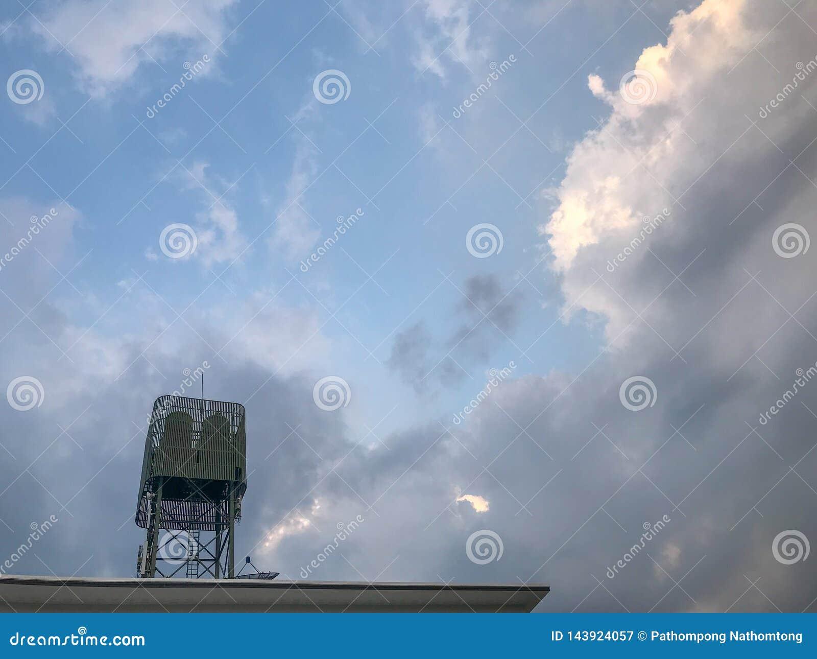 Watertanks de industriële bouw op dakbovenkant