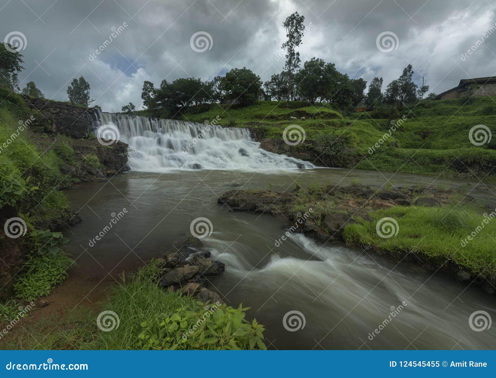 Waterval dichtbij Kalsubai-Piek dichtbij Bhandardara
