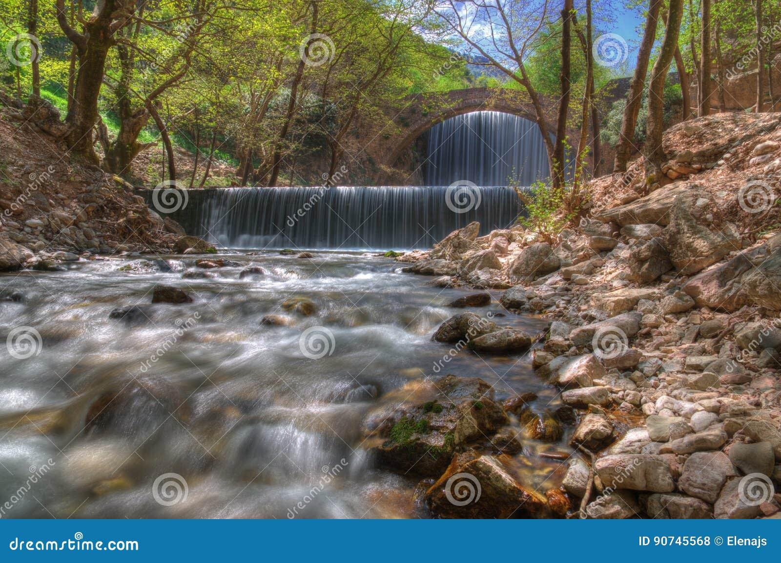 Waterval dichtbij Trikala, Griekenland - de lentebeeld