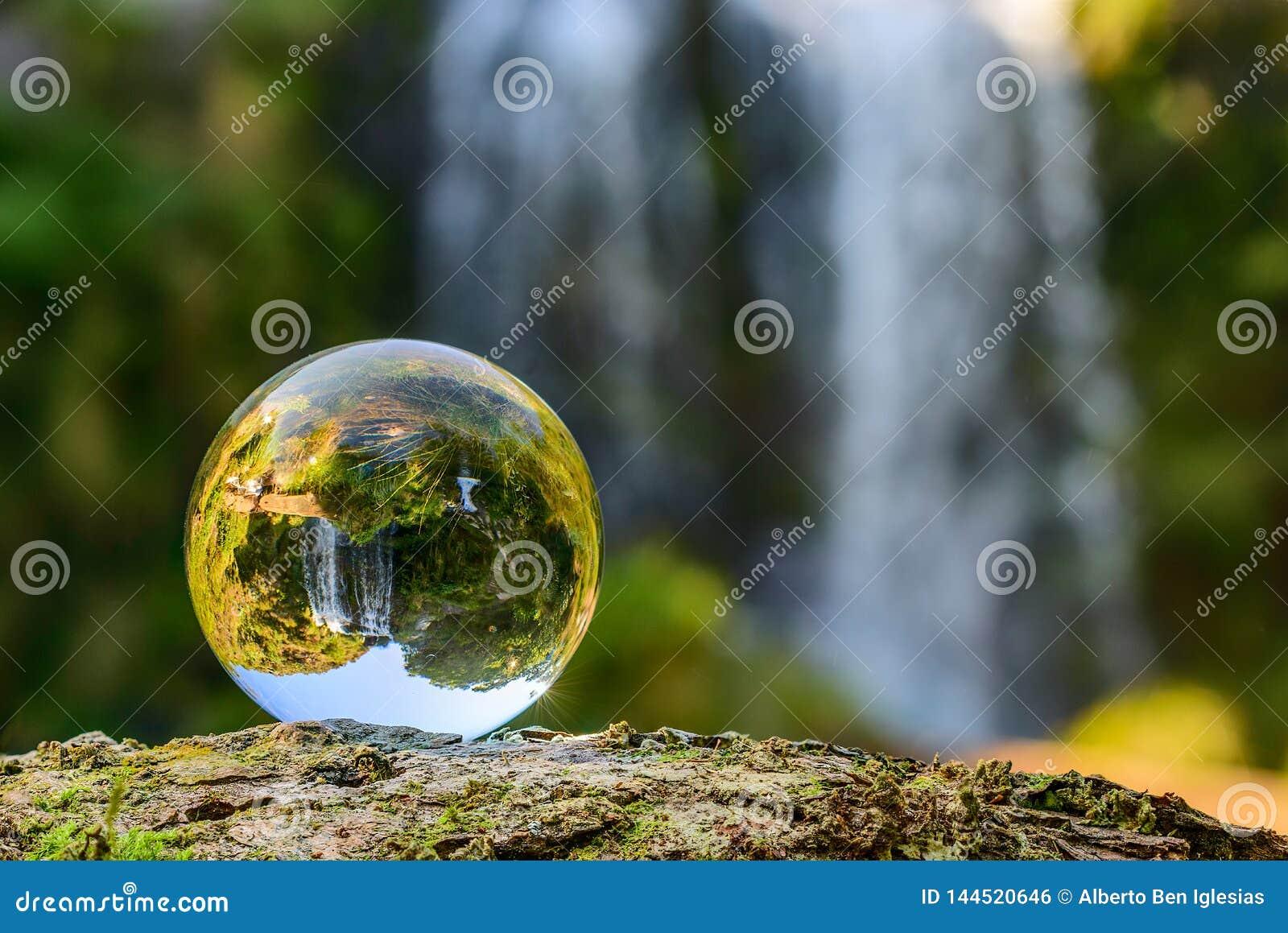 Waterval in een kristallen bol