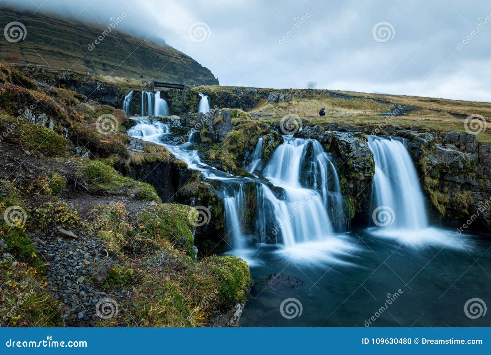 Waterval en mooie mening bij de kirkjufellberg in IJsland Europa