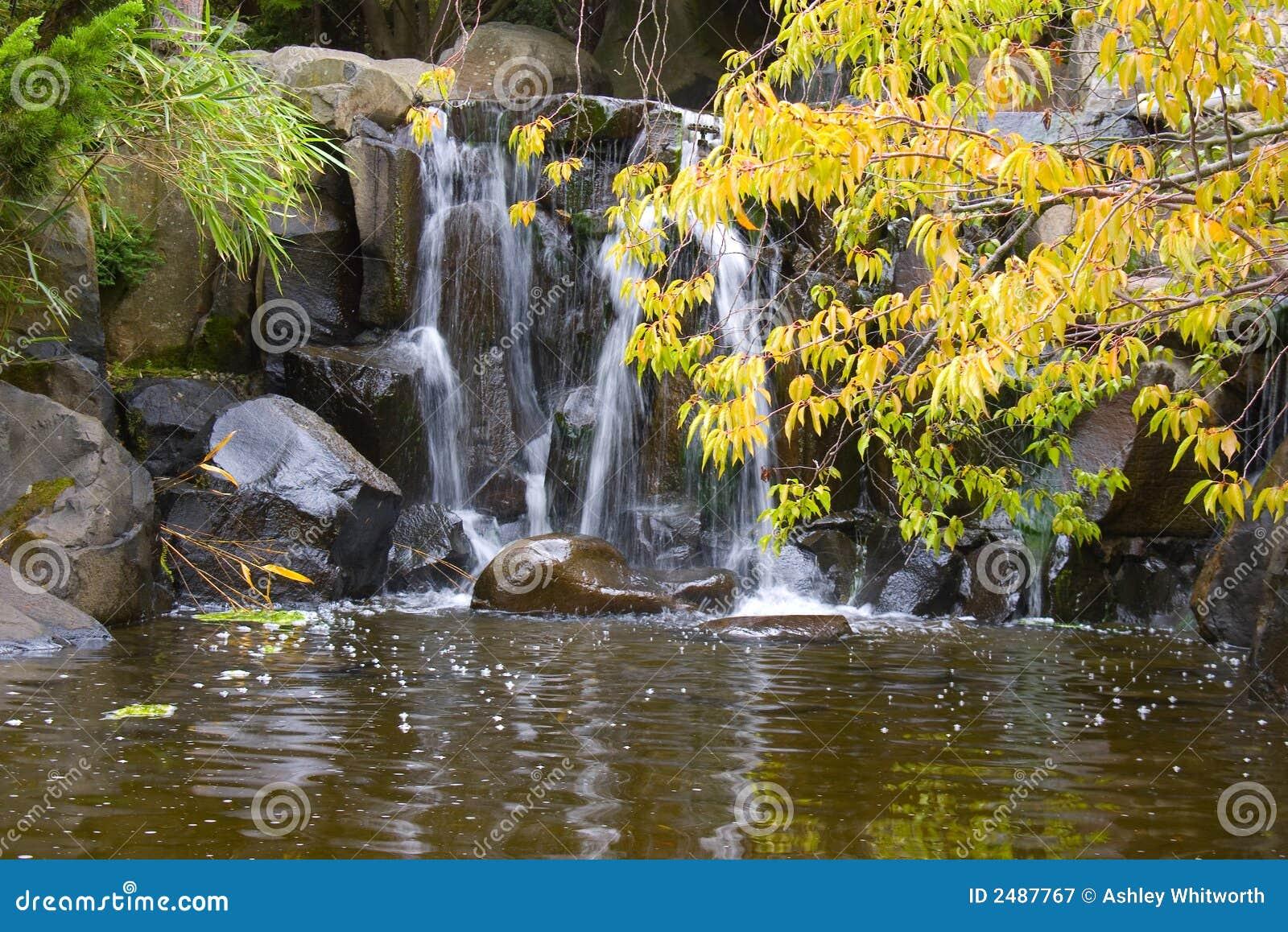 Waterval In Japanse Tuin Royalty-vrije Stock Fotografie - Afbeelding ...