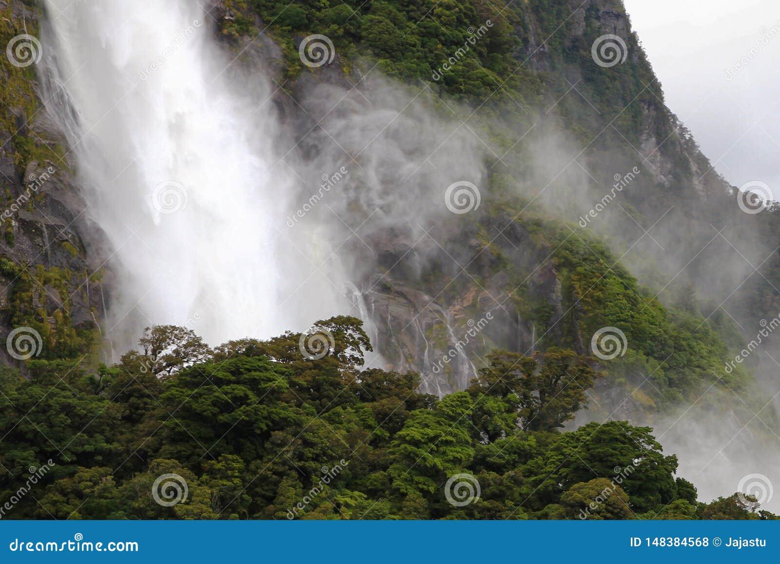 Waterval in Milford-Geluid, Nieuw Zeeland