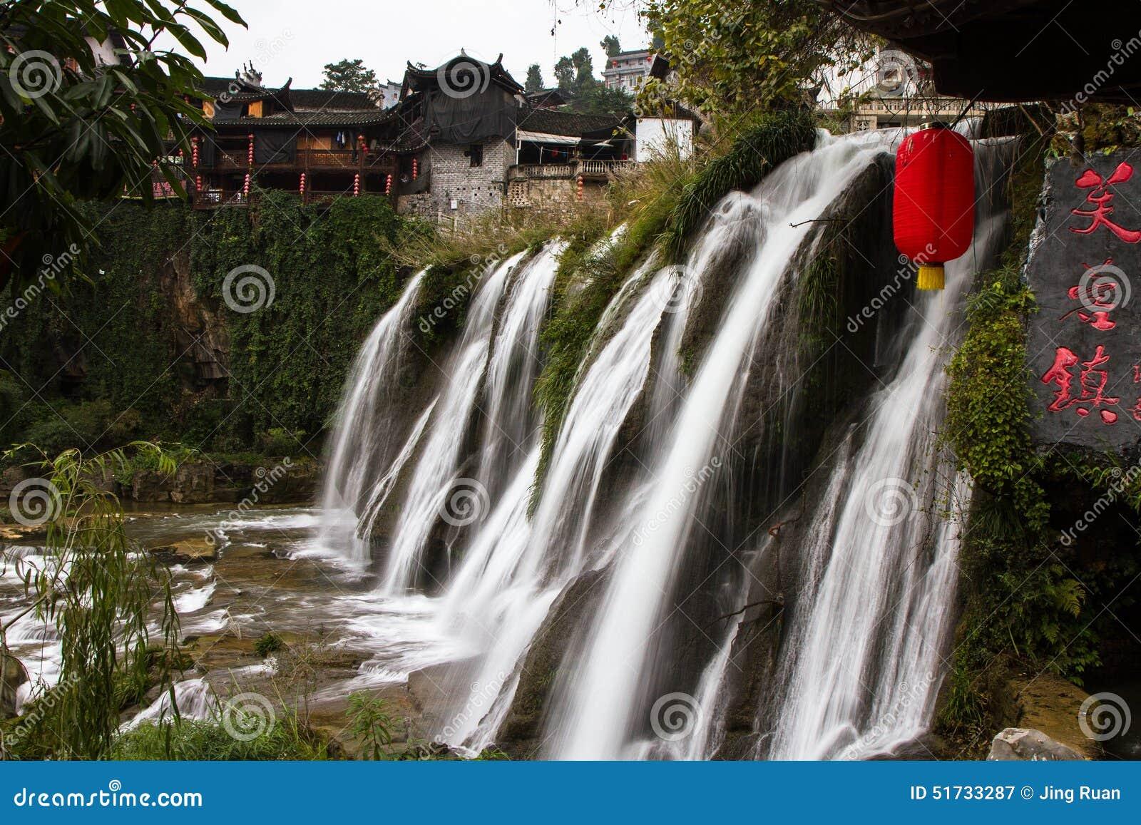 Waterval onder de oude architectuur bij Furong-Stad van China