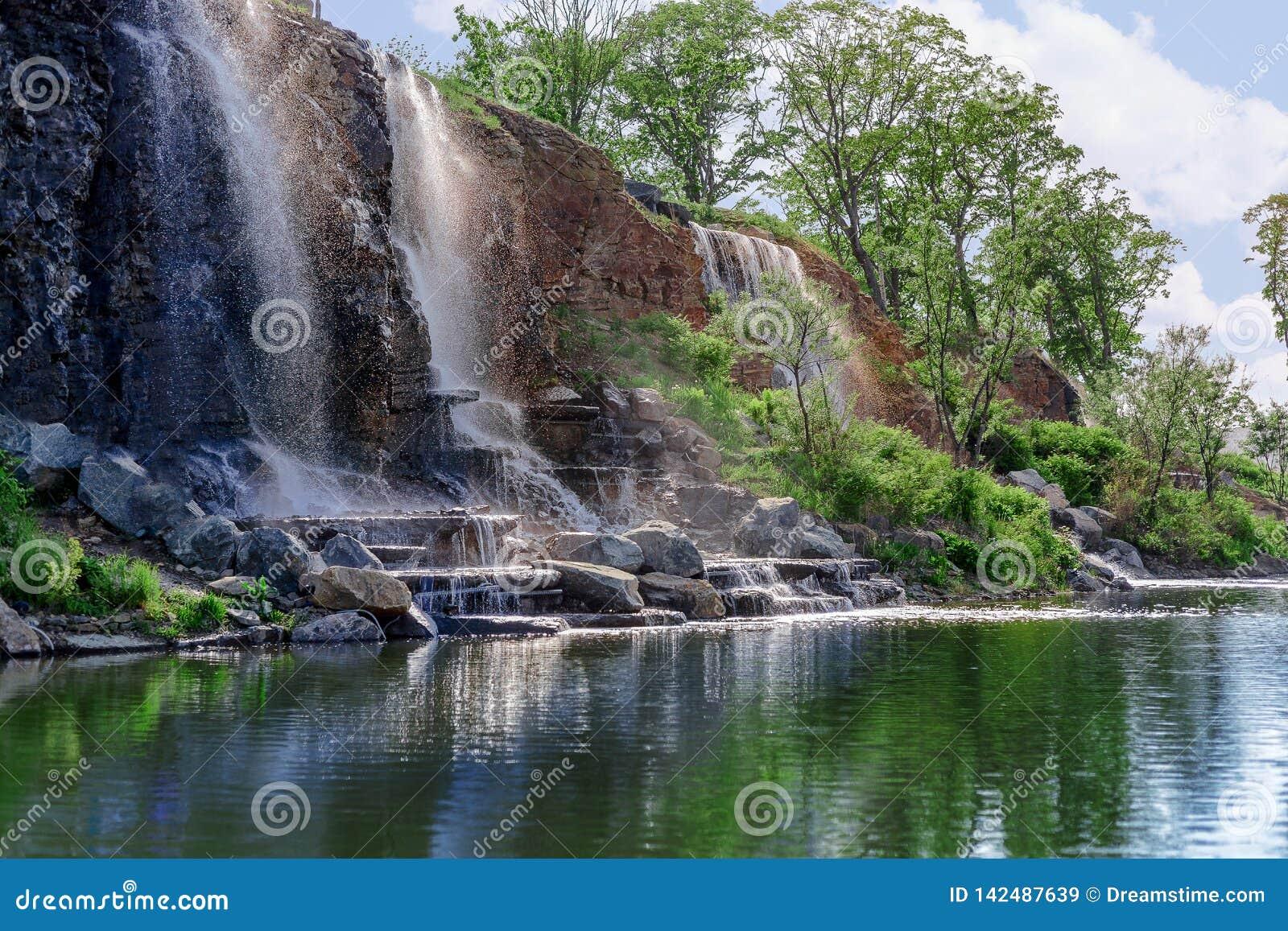 Waterval op een rots met plonsen en bezinningen