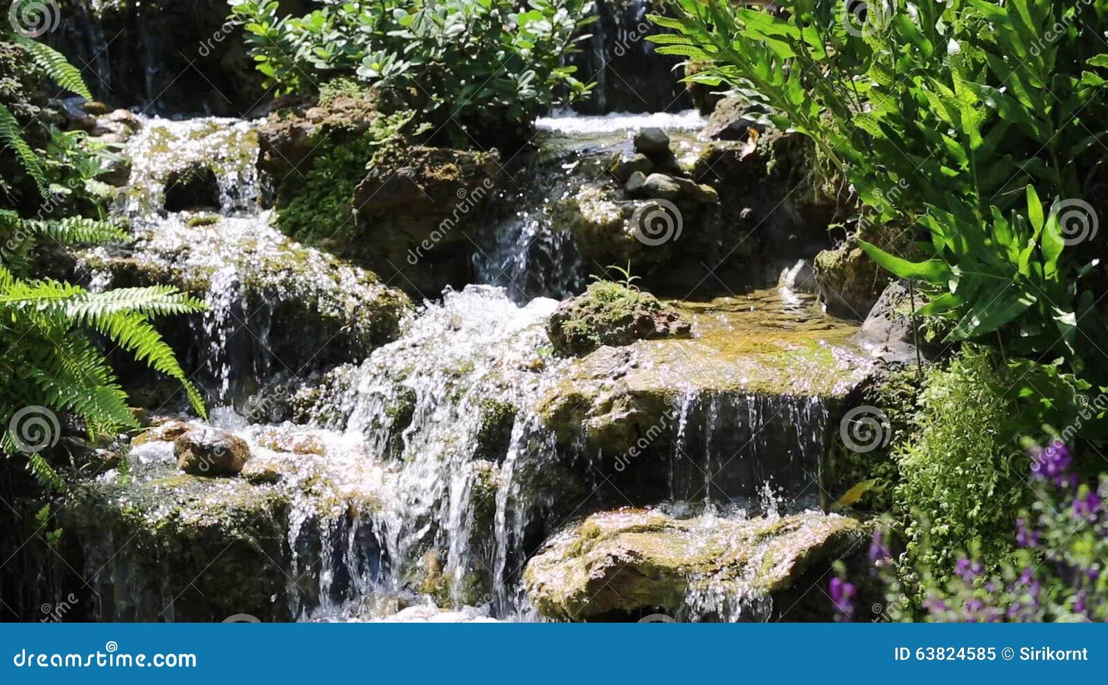 Waterval In Tuin : Waterval in tuin stock video video bestaande uit steen