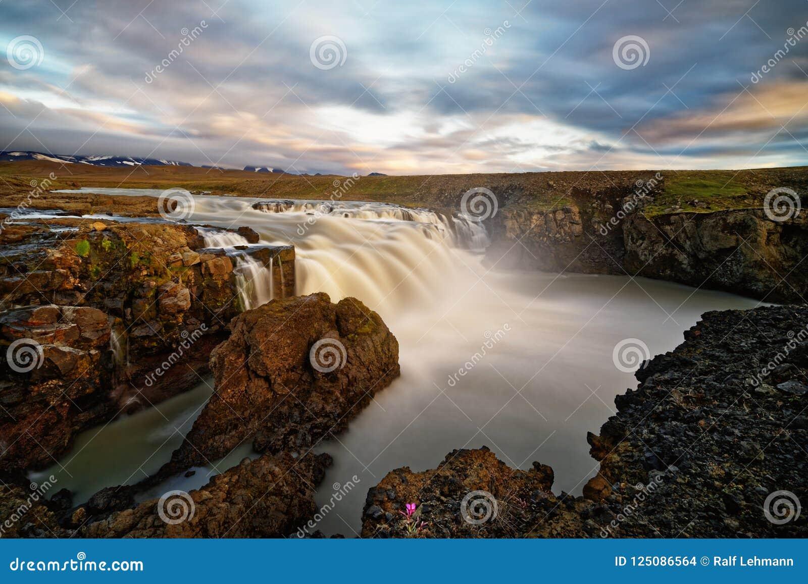 Waterval in wild landschap in het avond licht