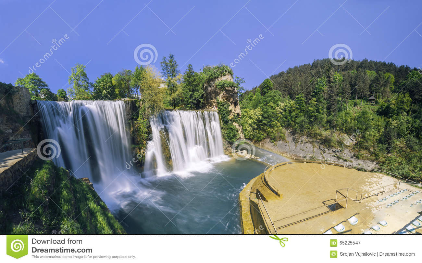 Watervallen in stad Jajce, Bosnië-Herzegovina