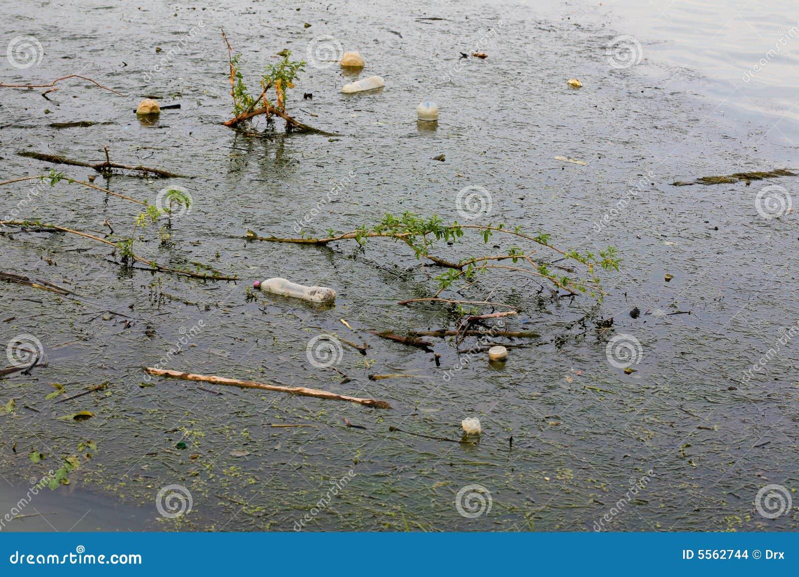 Watervervuiling - huisvuil op rivieroppervlakte