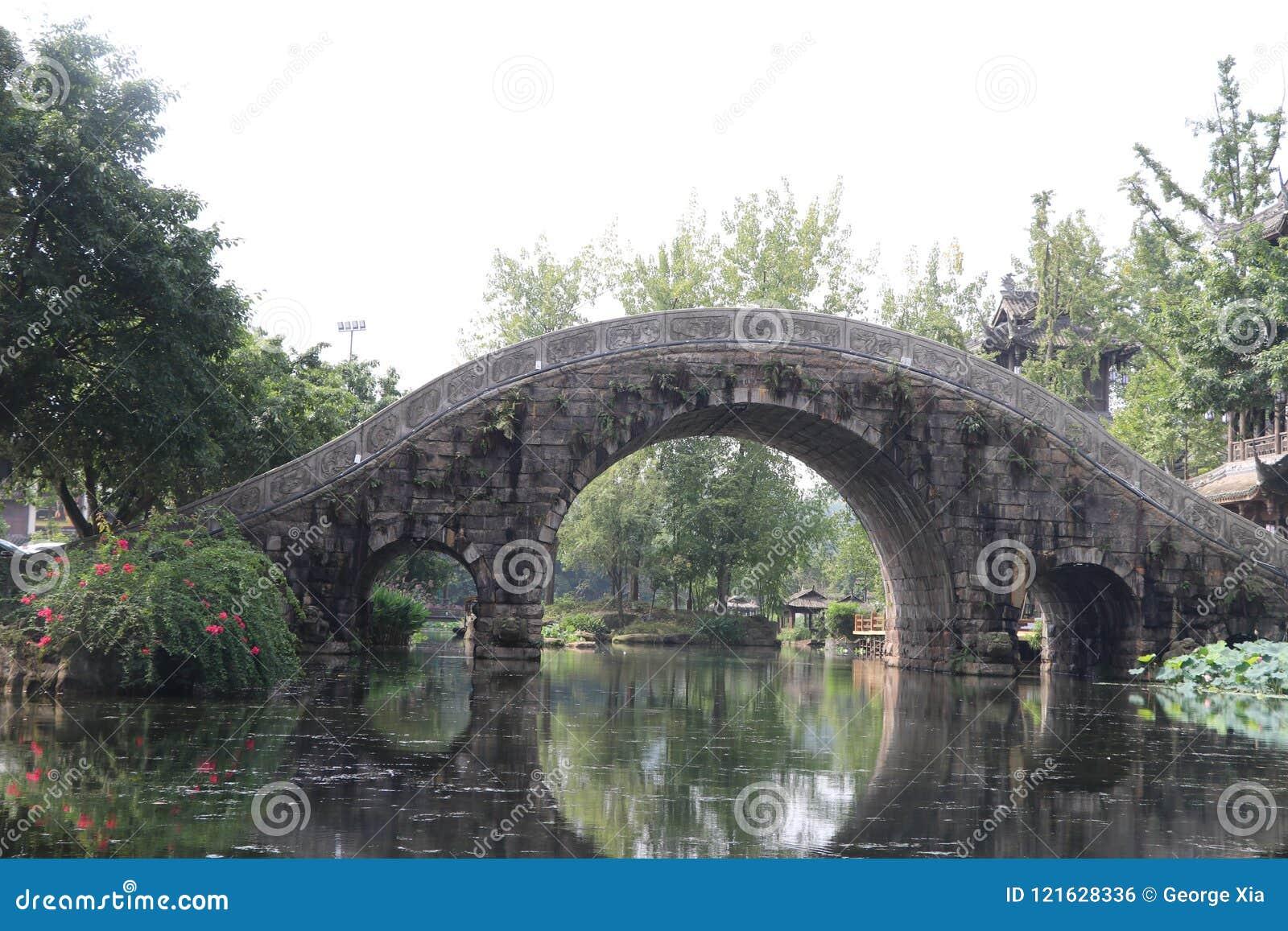 Waterwheel, łuku most, latarnia uliczna, drzewa, kamienie, jezioro, krajobraz
