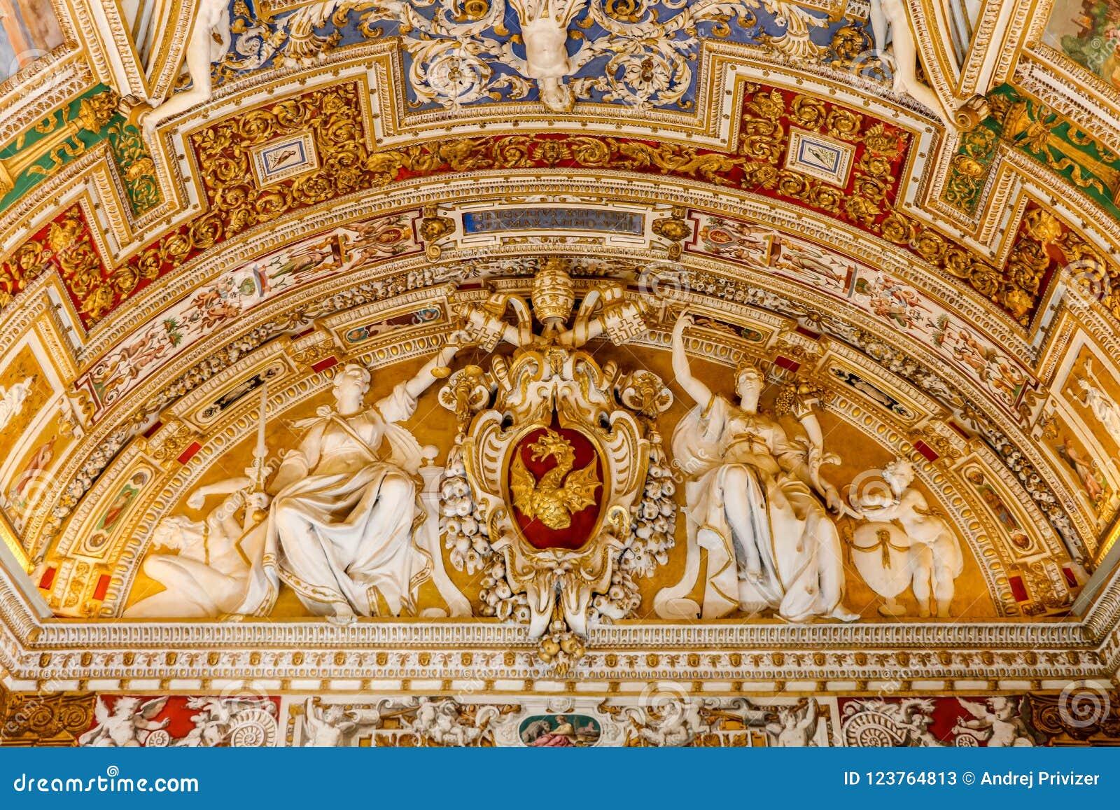 Watykan Watykan, Lipiec, - 1, 2017: Widok piękna święta sztuka przy sufitu St Peter ` s bazyliką