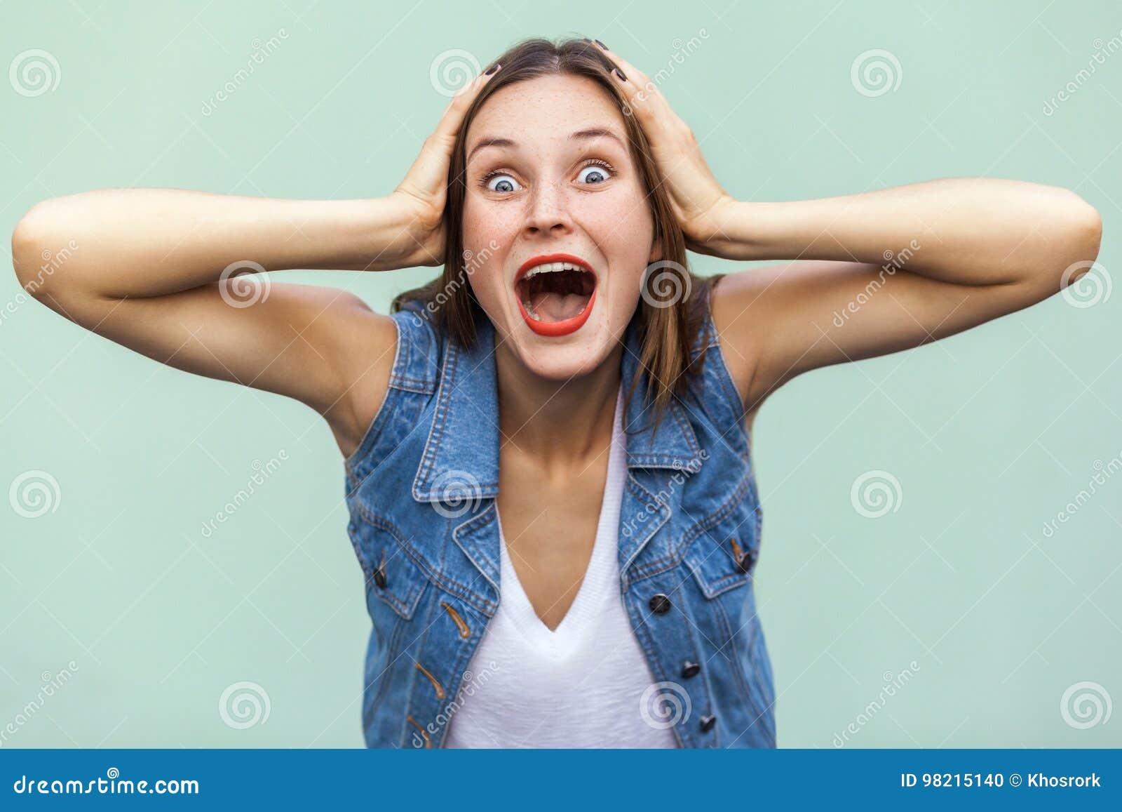 Wauw! Kan niet zijn! Positief emoties en gevoel Het mooie meisje schokte en wounder, wat betreft haar hoofd haar handen en het ki