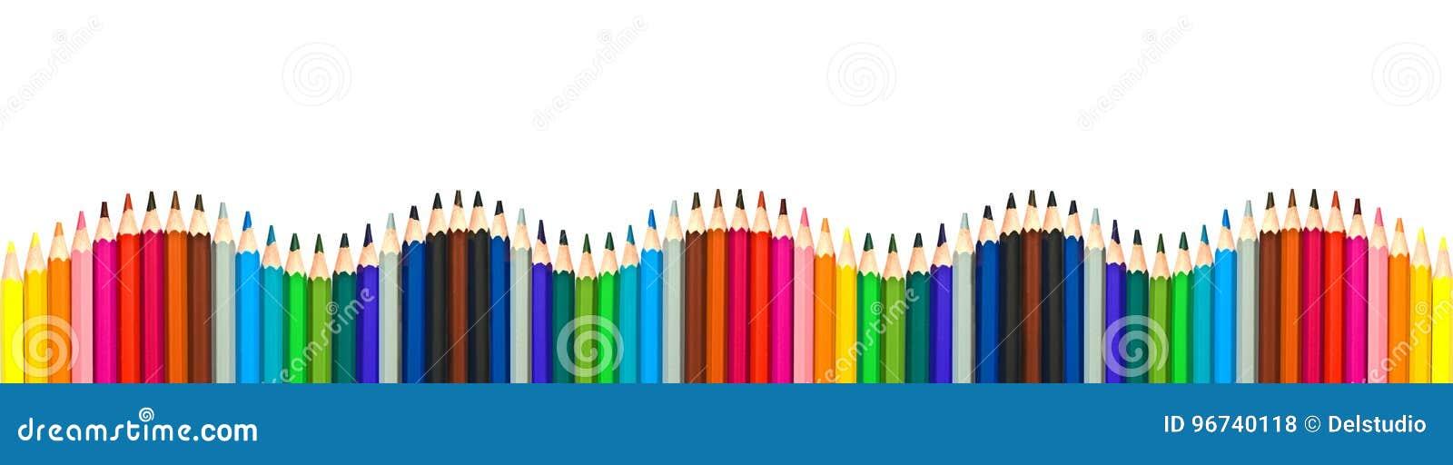 Wave delle matite di legno variopinte isolate su fondo bianco e panoramico, di nuovo al concetto della scuola