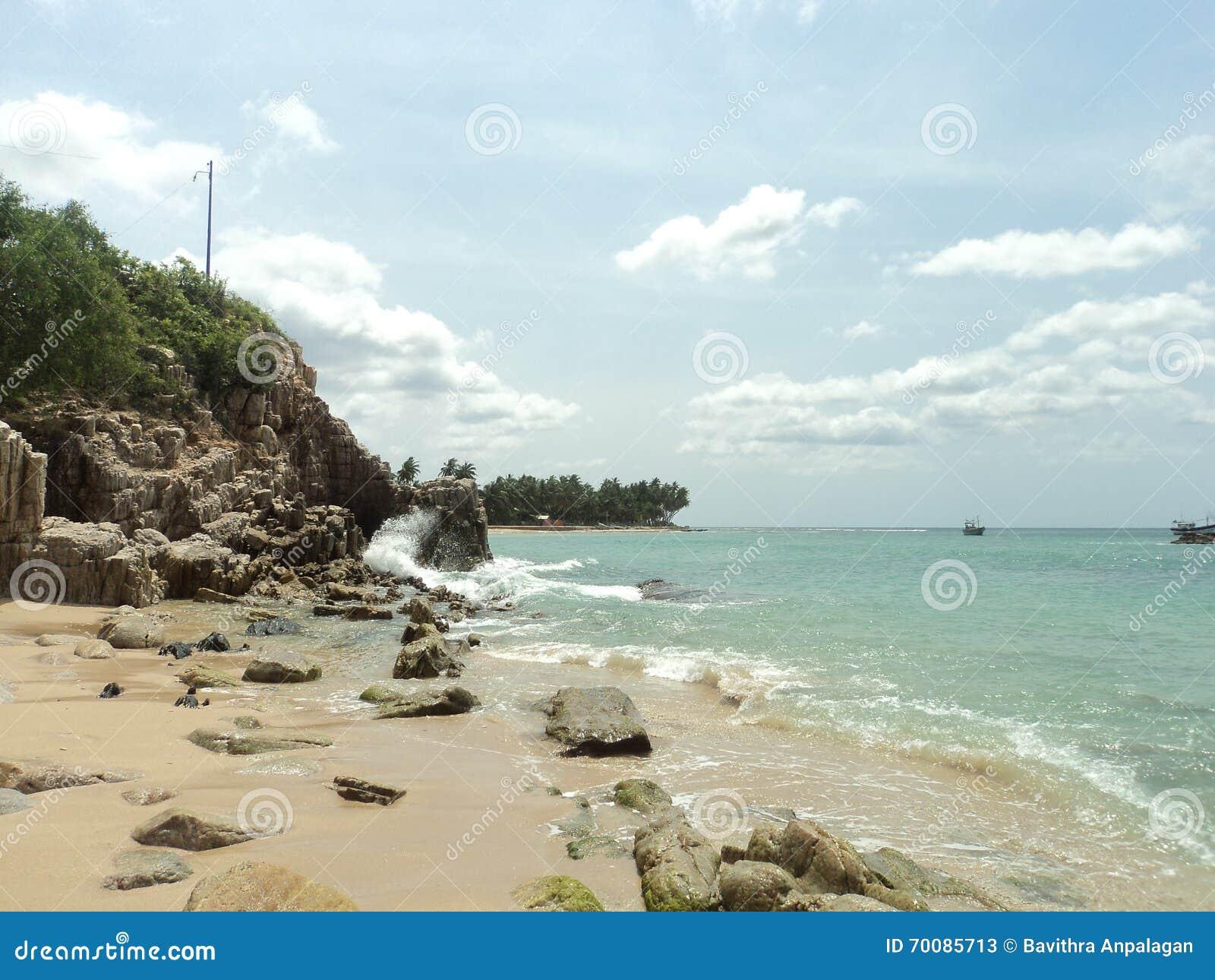 Waves breaking on giant rocks