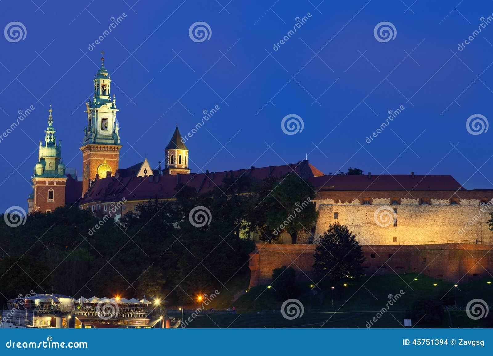 Wawel è un complesso architettonico fortificato eretto sulla b sinistra