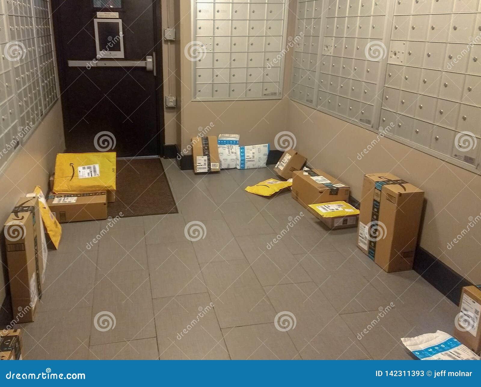 Wayne, New Jersey, Etats-Unis - 17 mars 2019 : Les paquets d Amazone ont livré facilement volé par des voleurs de paquet