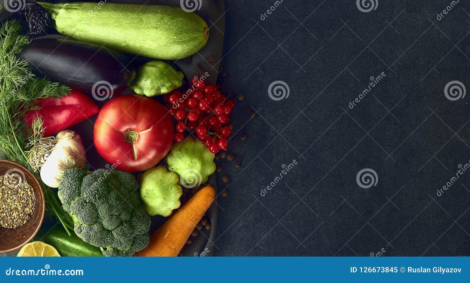 Wciąż życie świezi warzywa na ciemnym tle Zdjęcie Royalty Free