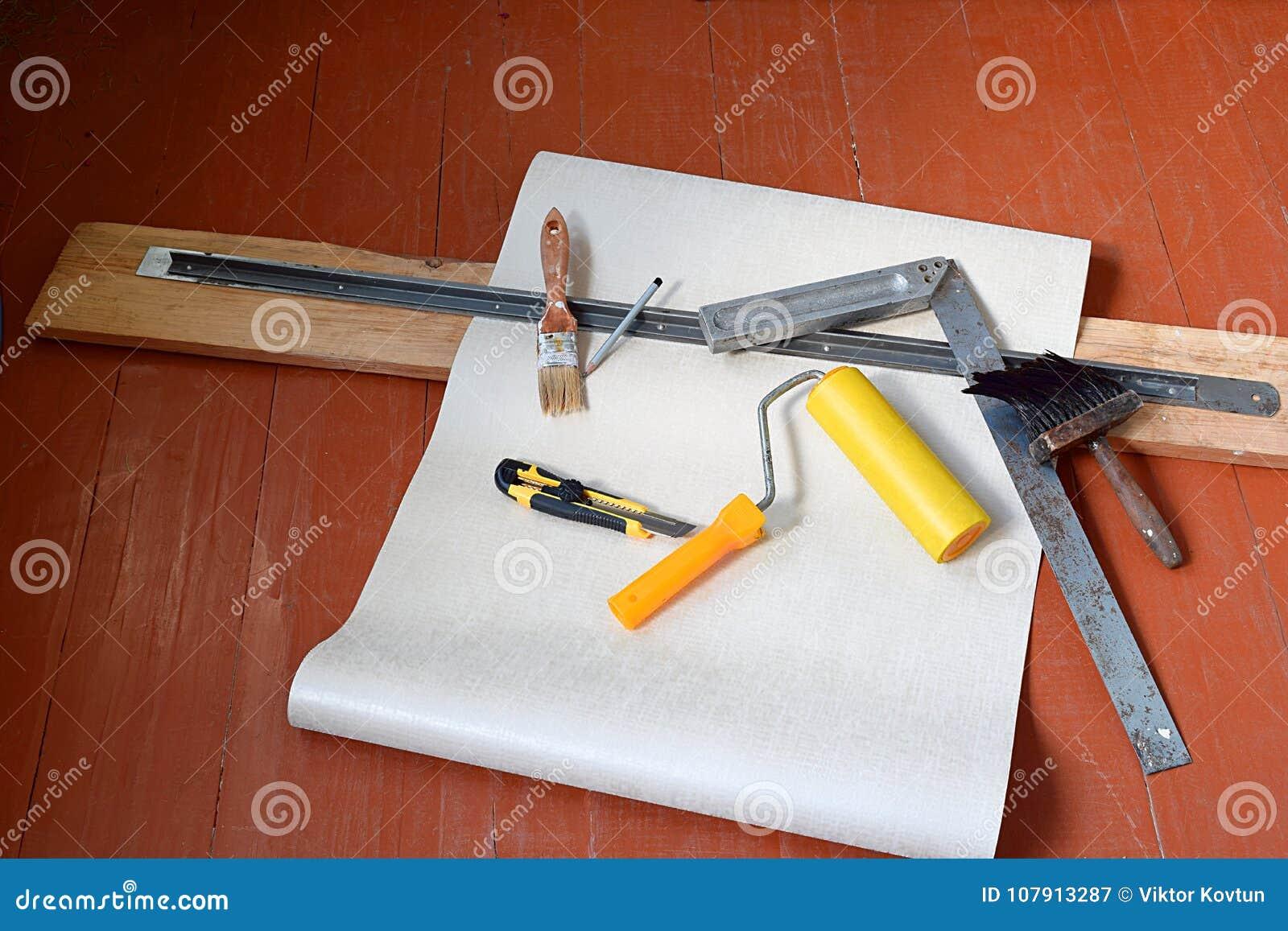 Wciąż życie od rolek papier i różnorodni narzędzia dla wallpapering naprawa domowy odświeżanie