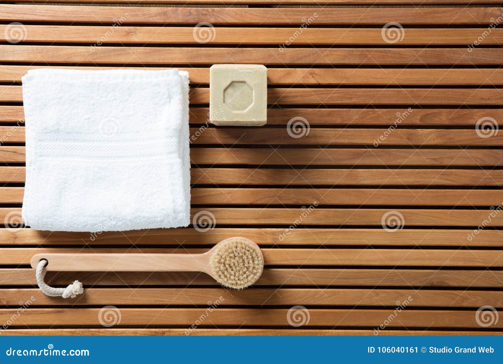 Wciąż życie z bryły mydłem, ciało ręcznikiem, szczotkarskim i białym