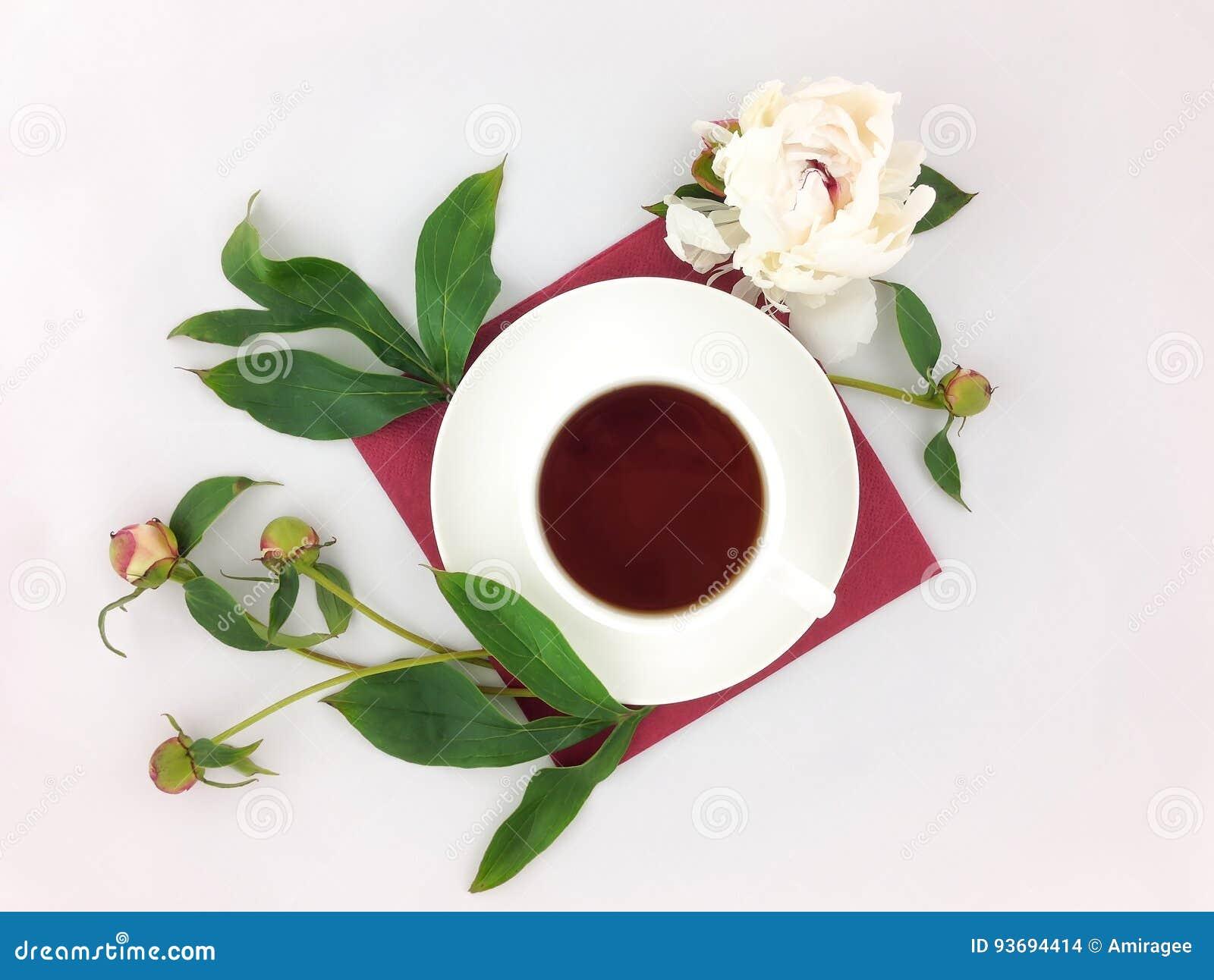 Wciąż życie z filiżanką kawy i peonią kwitnie na bielu stole Mieszkanie nieatutowy, odgórny widok