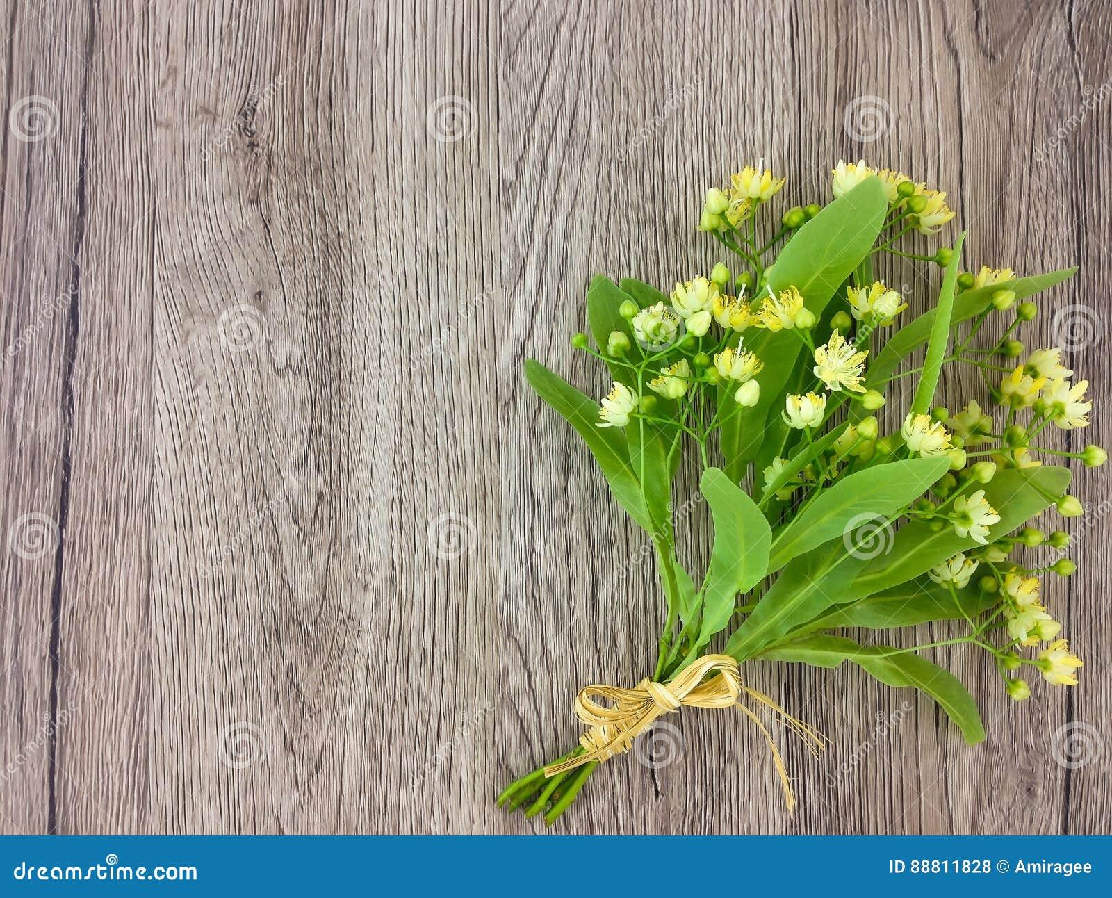 Wciąż życie z lipowym kwiatu bukietem Mieszkanie nieatutowy, odgórny widok