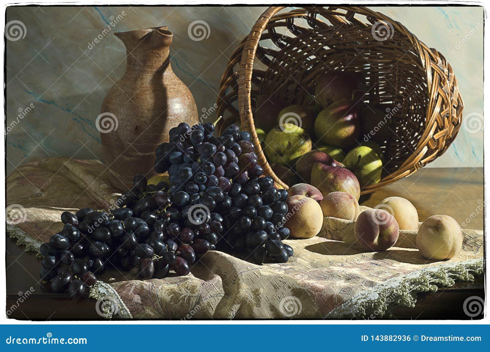 Wciąż życie z winogronami, brzoskwiniami i bonkretami w koszu,