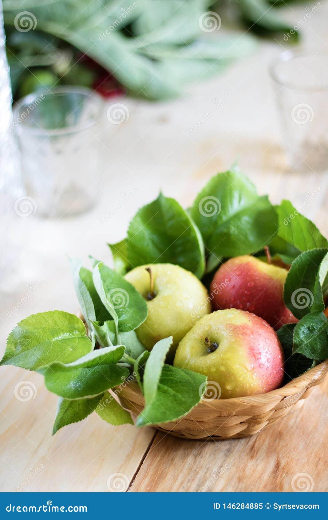 Wciąż życie zieleni jabłka w koszu na stołowym wielkim mieszkaniu