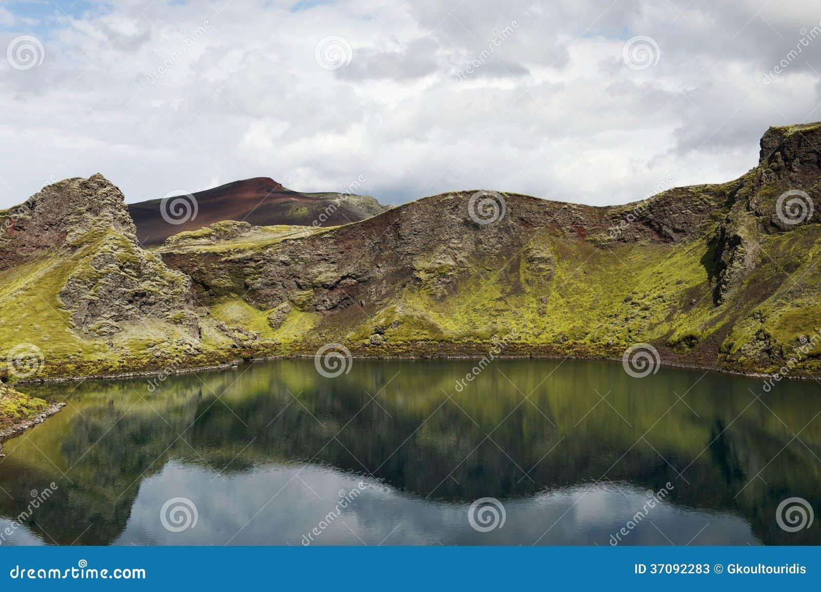 Download Wciąż Jezioro W Kraterze Z Odbiciami Na Słonecznym Dniu, Iceland Obraz Stock - Obraz złożonej z wzgórze, kruchy: 37092283