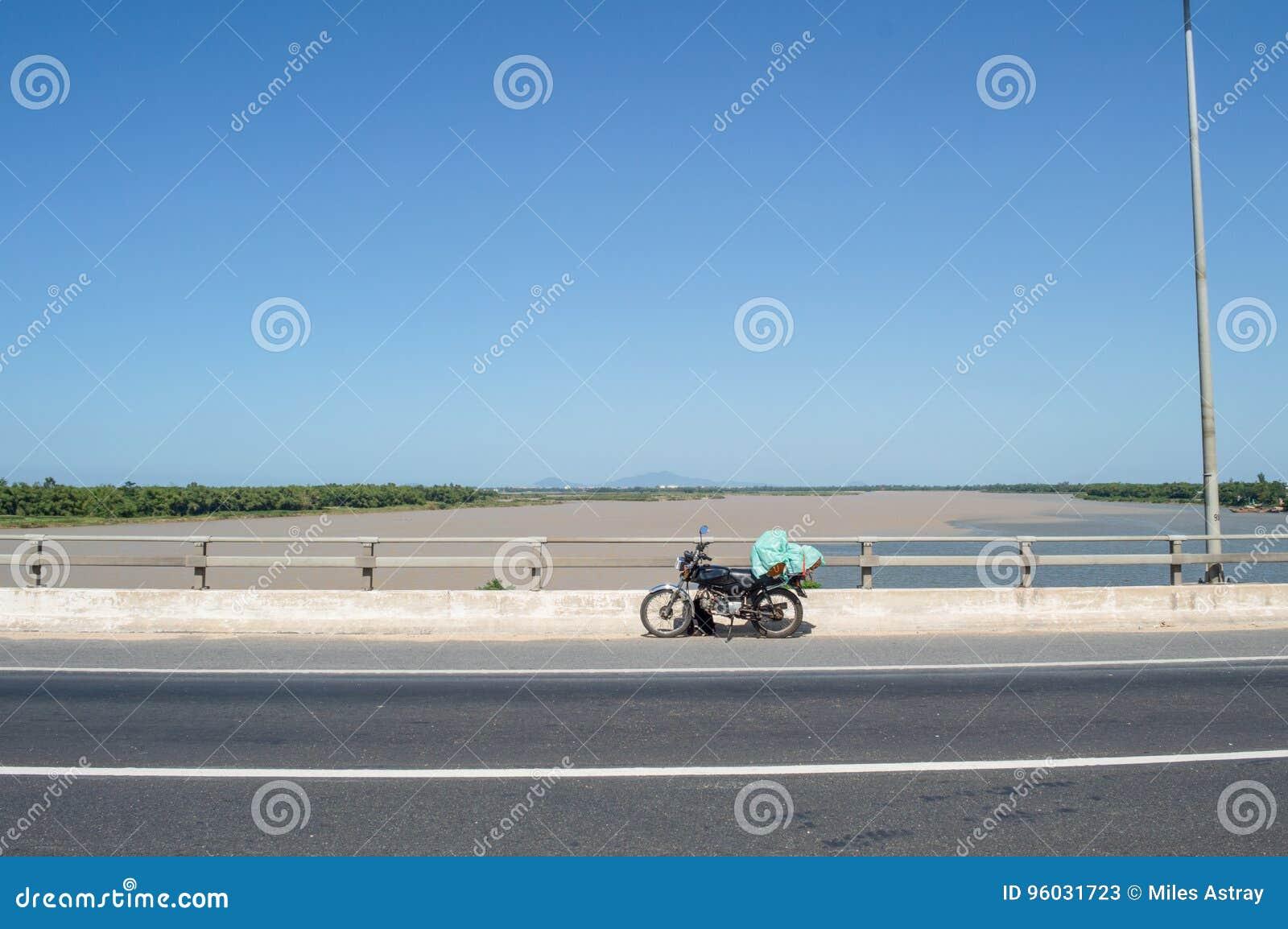 Wcielający rzeki i motocykl na moscie blisko Hoi, Wietnam