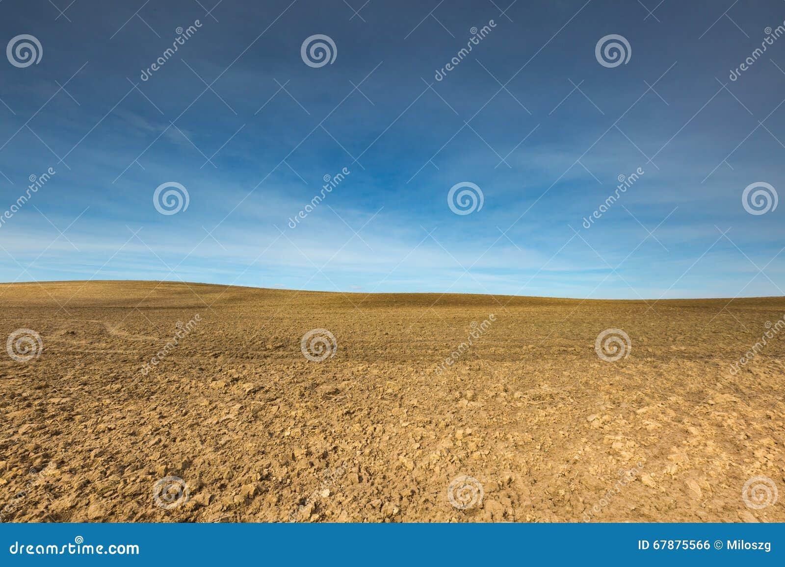Wczesna wiosna orzący pole krajobraz