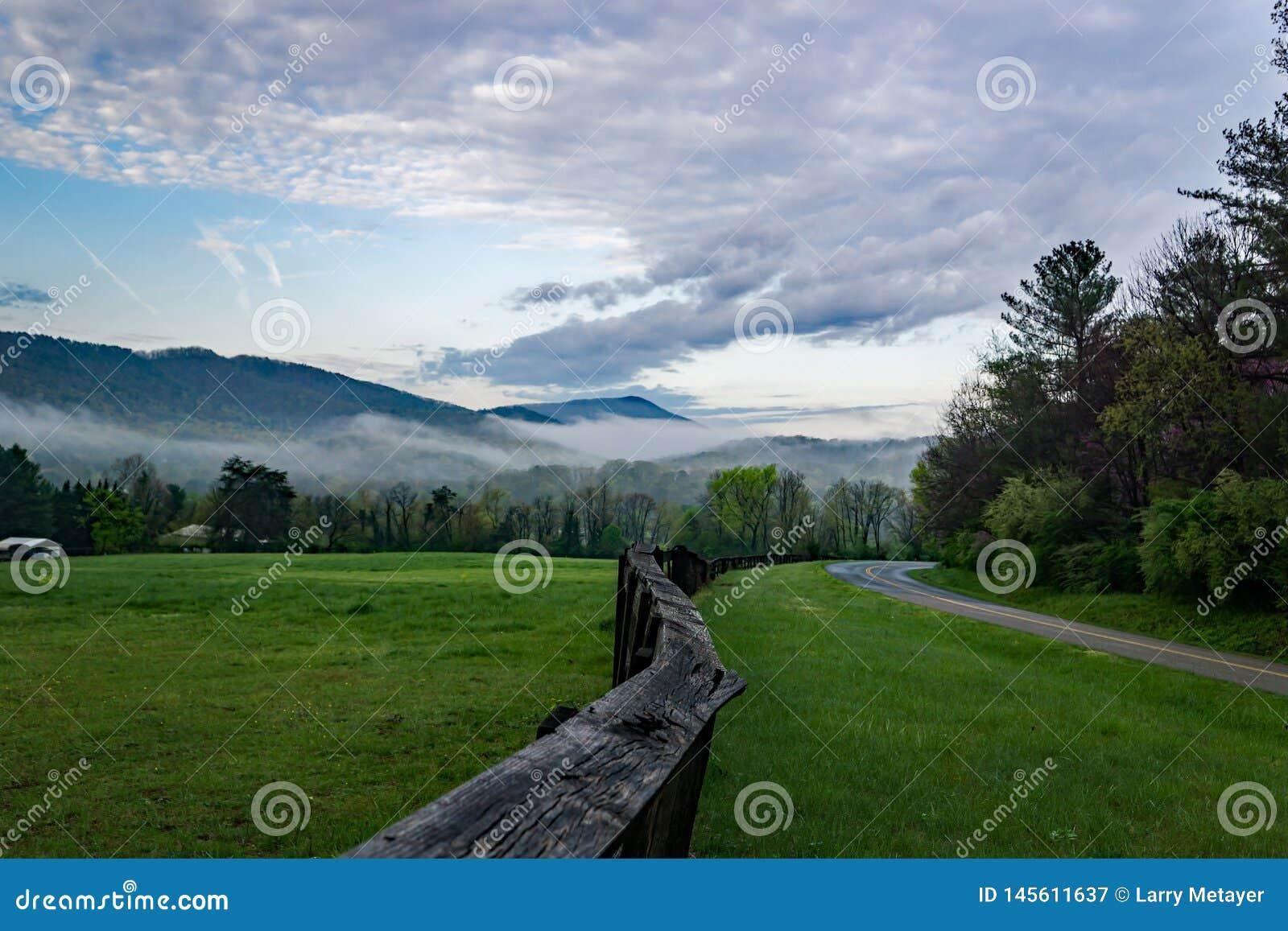 Wczesnego Poranku widok Blue Ridge Mountains Virginia niebo i, usa