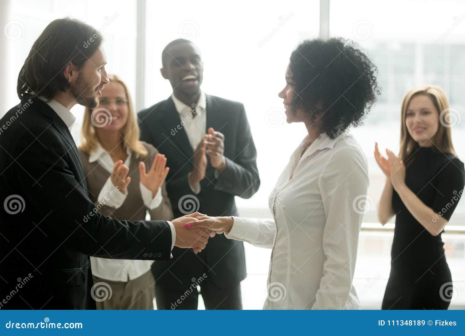 Wdzięczny szefa handshaking promuje afrykańskiego bizneswomanu congra