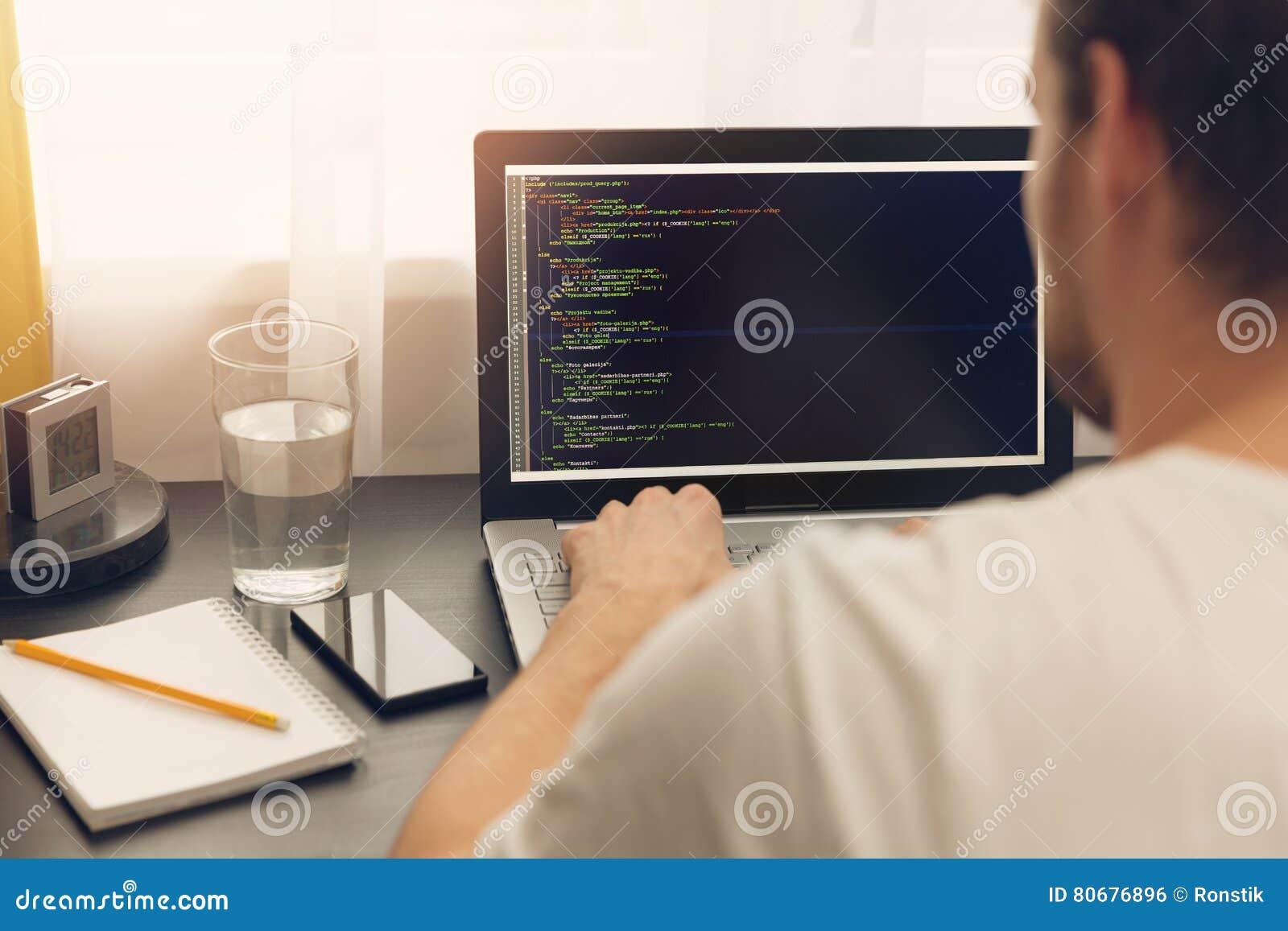 Websiteprogrammerare som arbetar på bärbara datorn på kontoret
