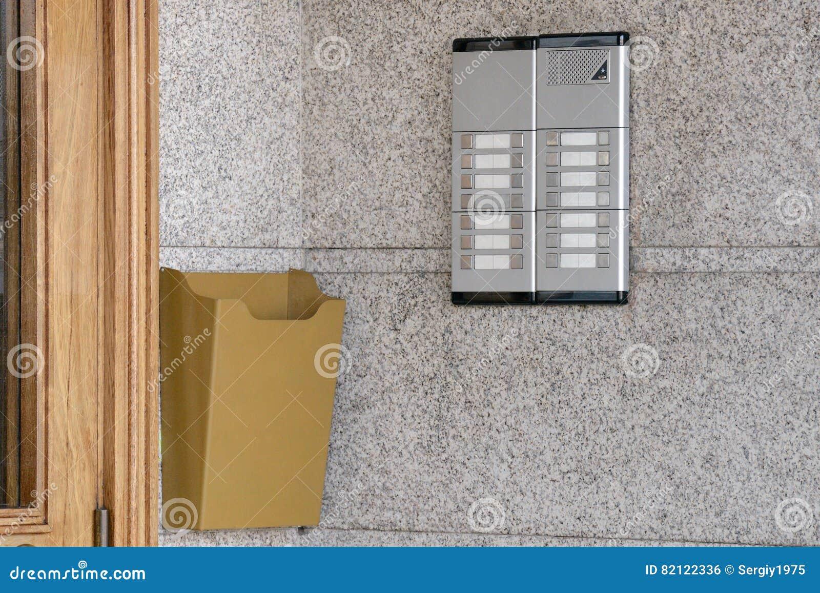 Wechselsprechanlage nahe einer Holztür