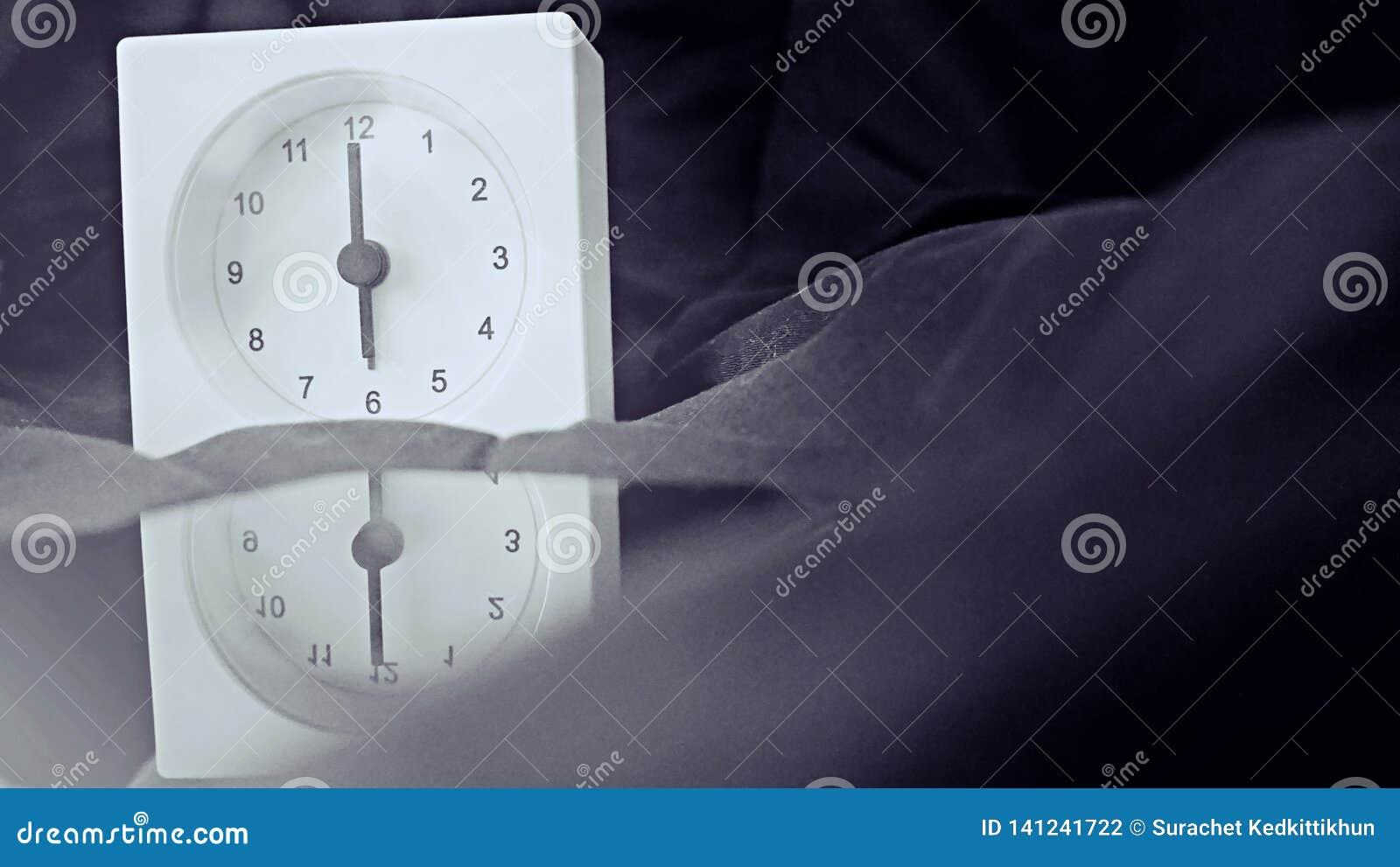 Wecker 6 Uhr morgens auf dem Bett zu Hause Morgenzeit-Hintergrundkonzept