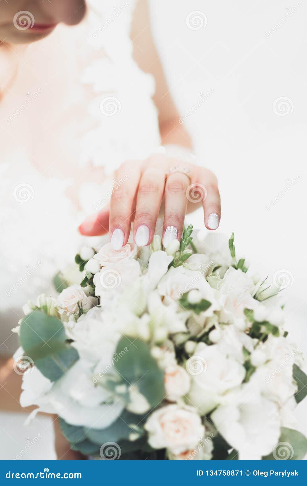 Wed recentemente as mãos do ` s dos pares com alianças de casamento