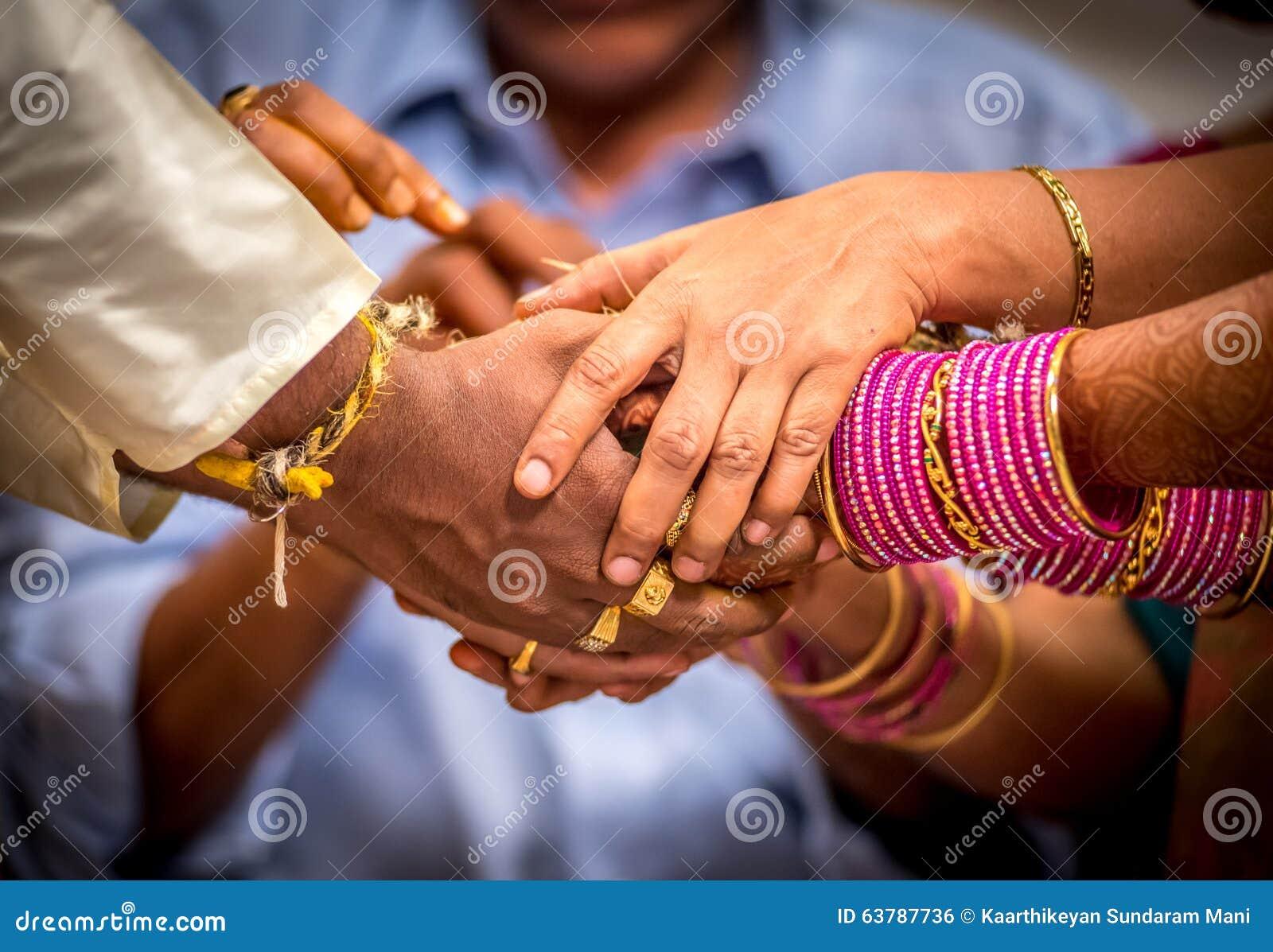 Wed recentemente os pares indianos hindu que guardam as mãos