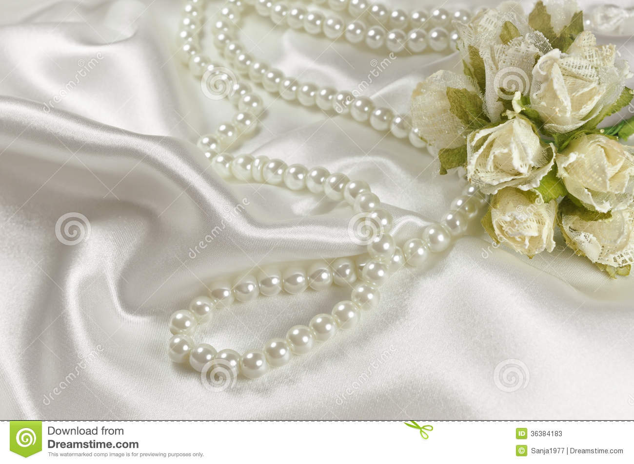 Wedding bouquet of roses and pearl necklace stock photos for Decoration avec des roses