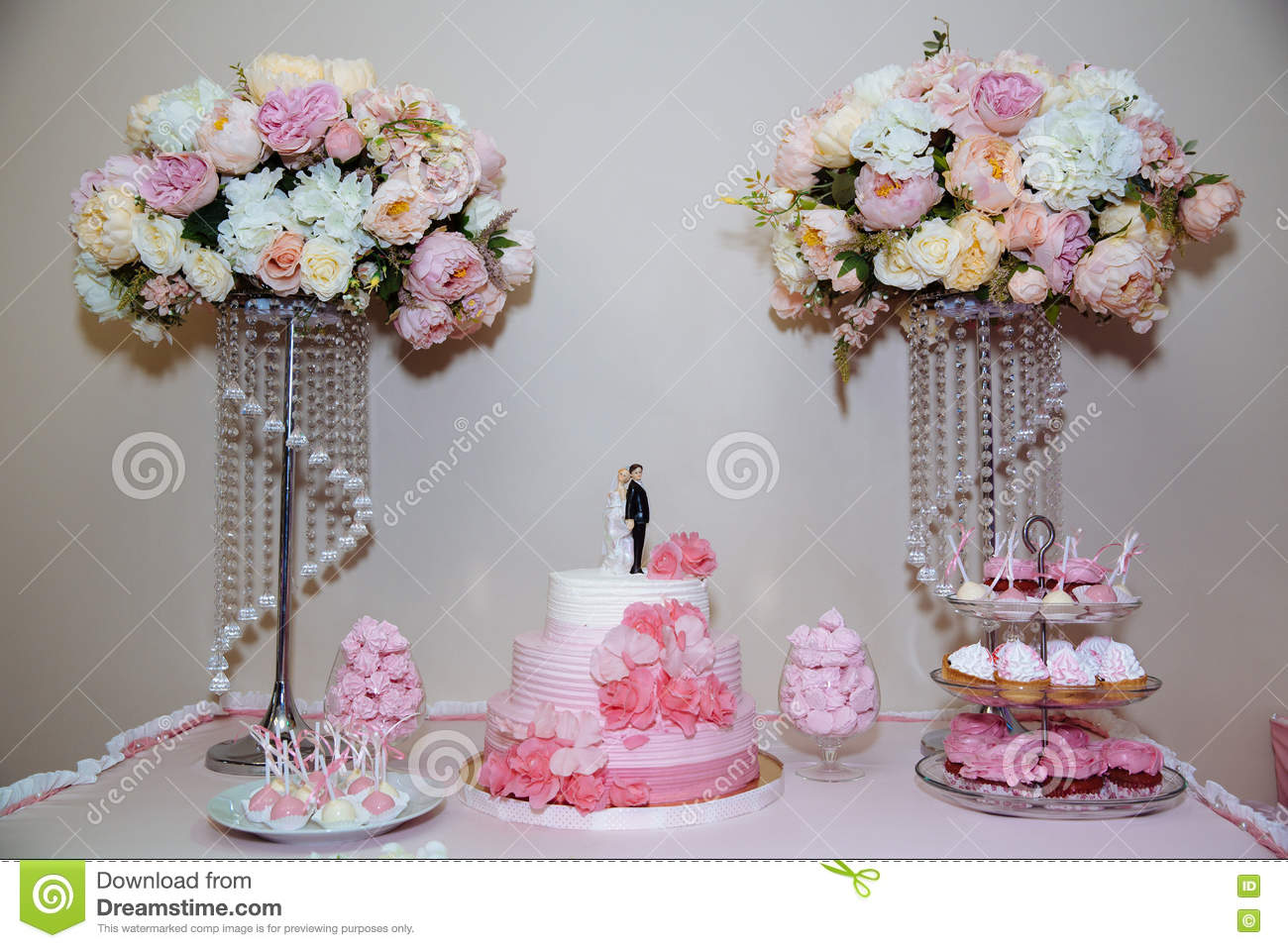 wedding cake candy bar marshmallow on the table in a vase macaroon and cupcake decor vanilla. Black Bedroom Furniture Sets. Home Design Ideas