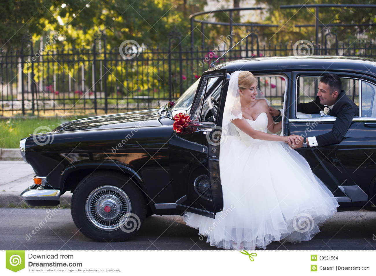 Wedding Couple Meet In A Vintage Car Stock Photo - Image: 33921564
