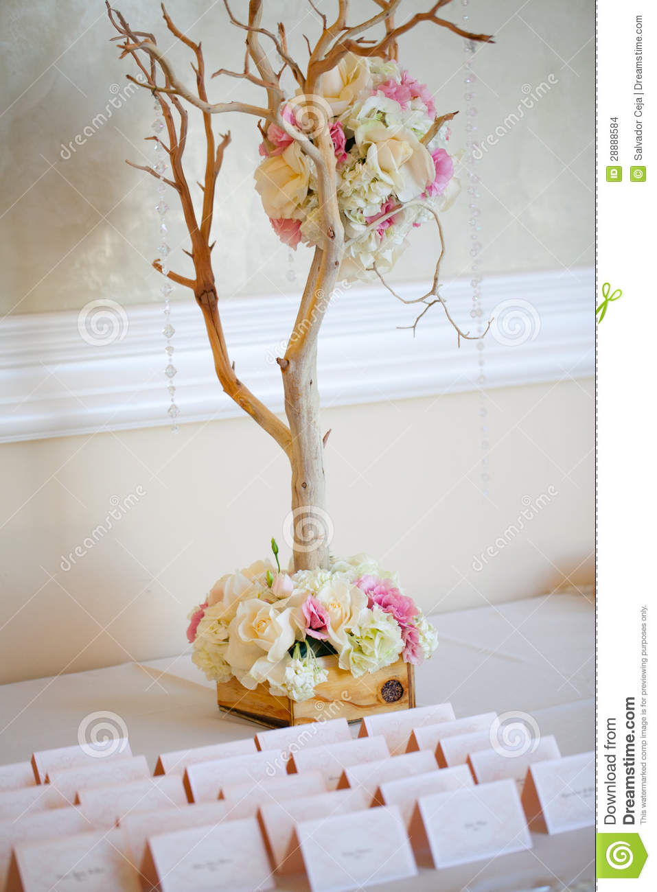 Floral Decor: Wedding Decor Table Setting And Flowers Stock Images