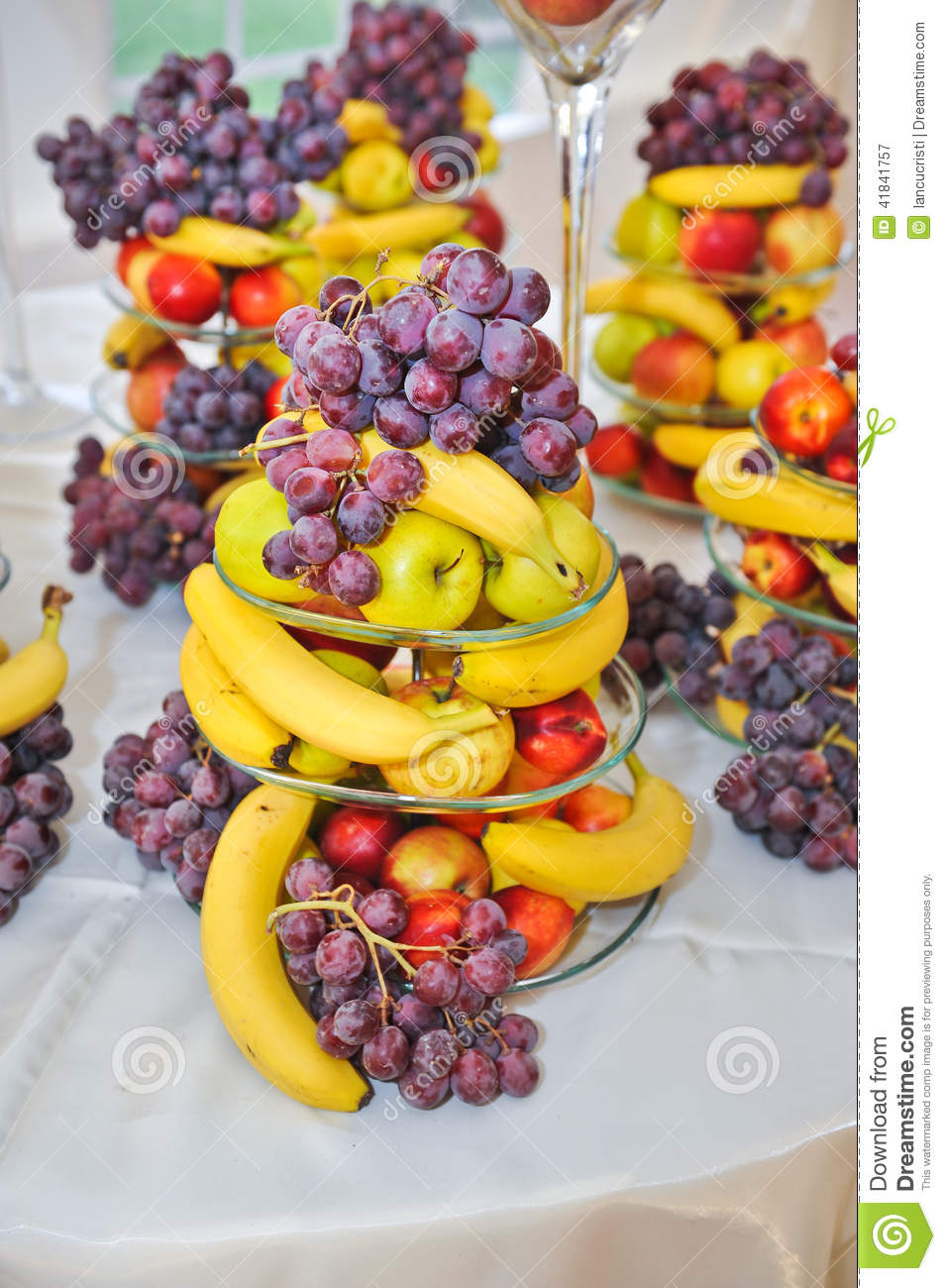Wedding decoration with fruits bananas grapes and apples for Decoration fruit