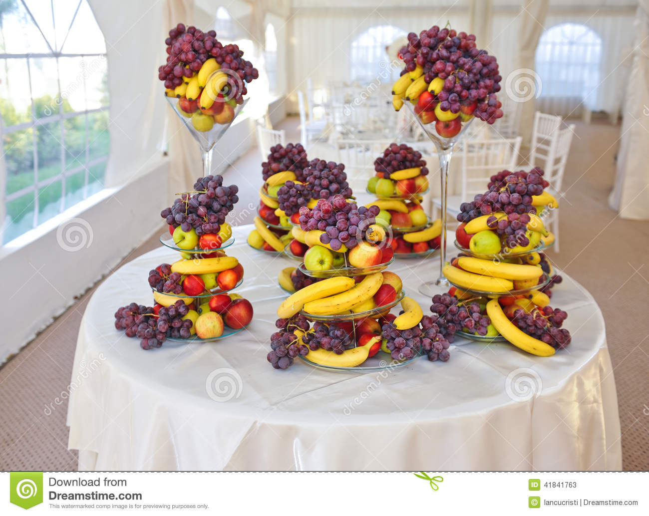 Wedding decoration with fruits bananas grapes and apples for Apples for decoration