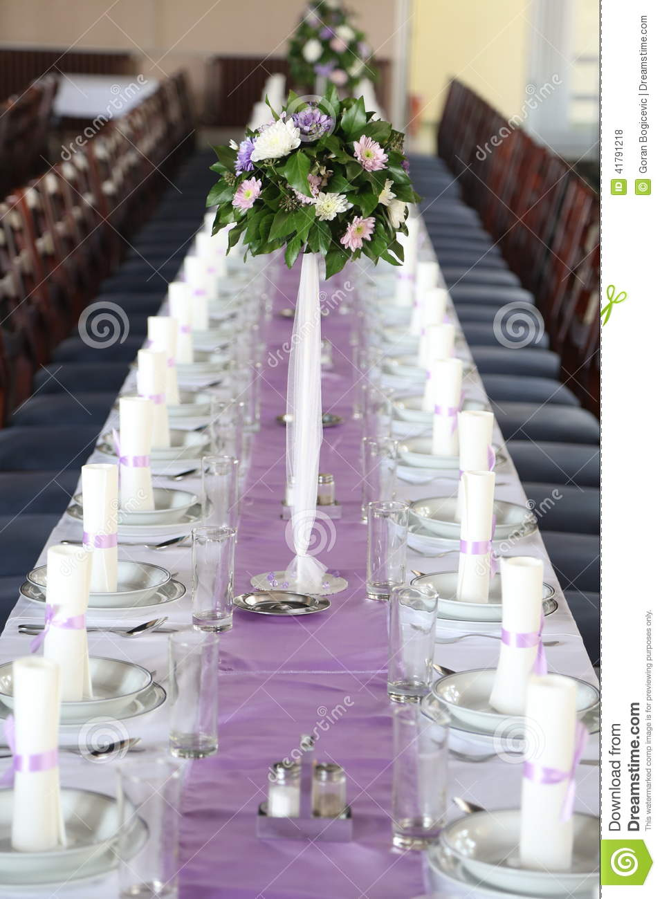 Wedding decorations zone white table with bouquet and for Decoration zone