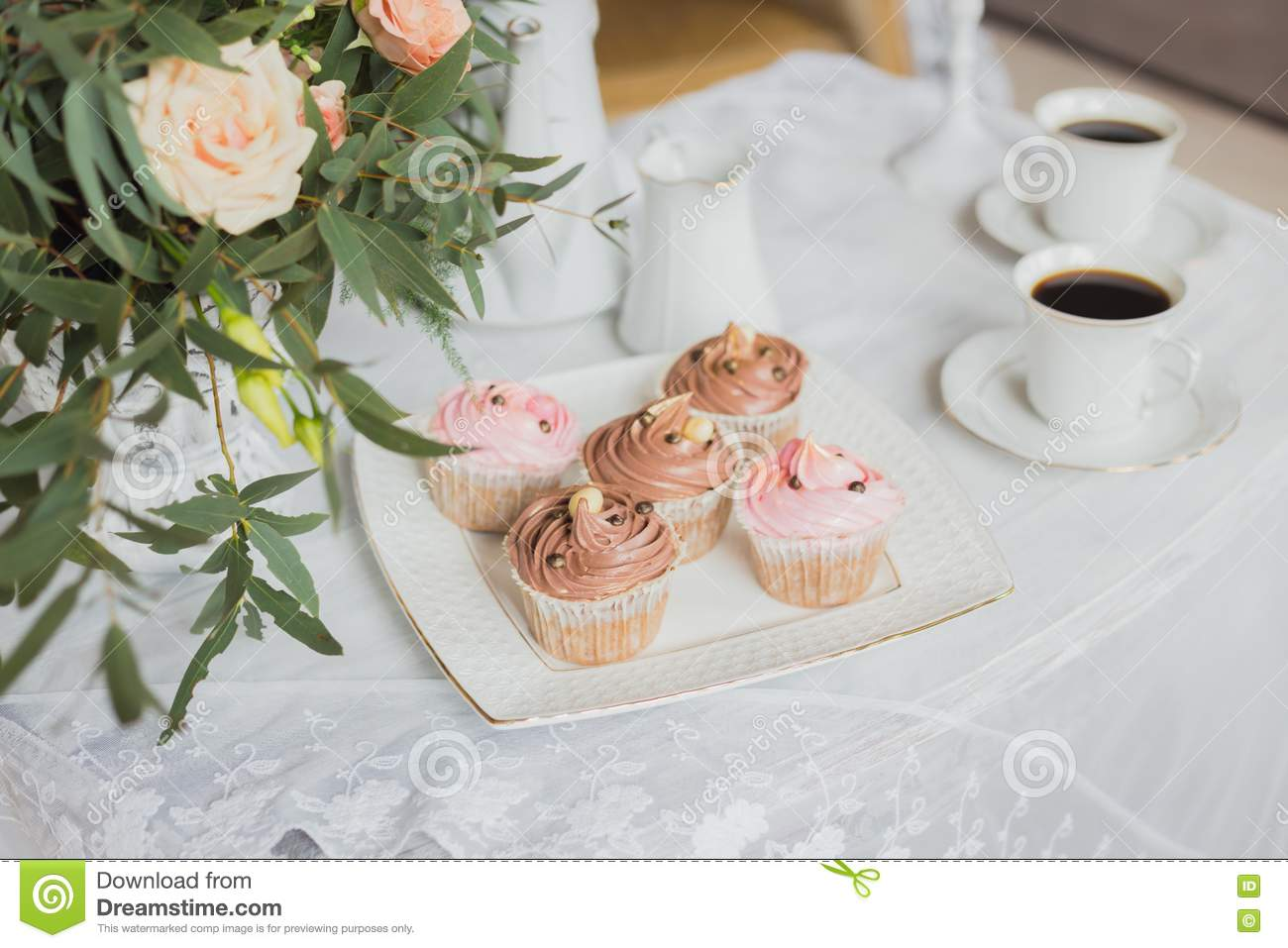 Wedding Decorations Zone - White Table With Bouquet And Cupcakes ...