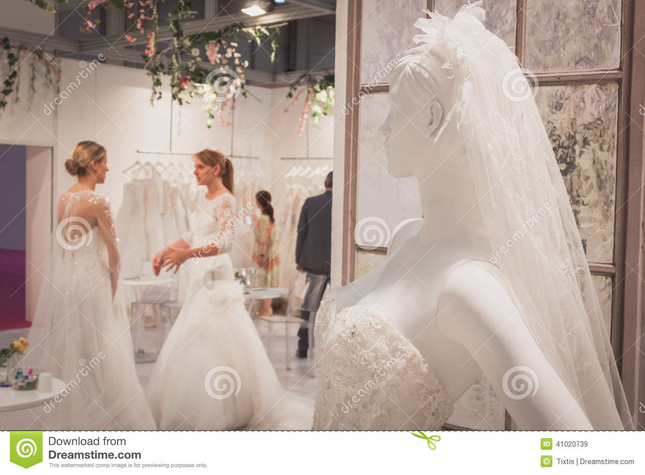 Wedding dress on display at si 39 sposaitalia in milan for How to display a wedding dress