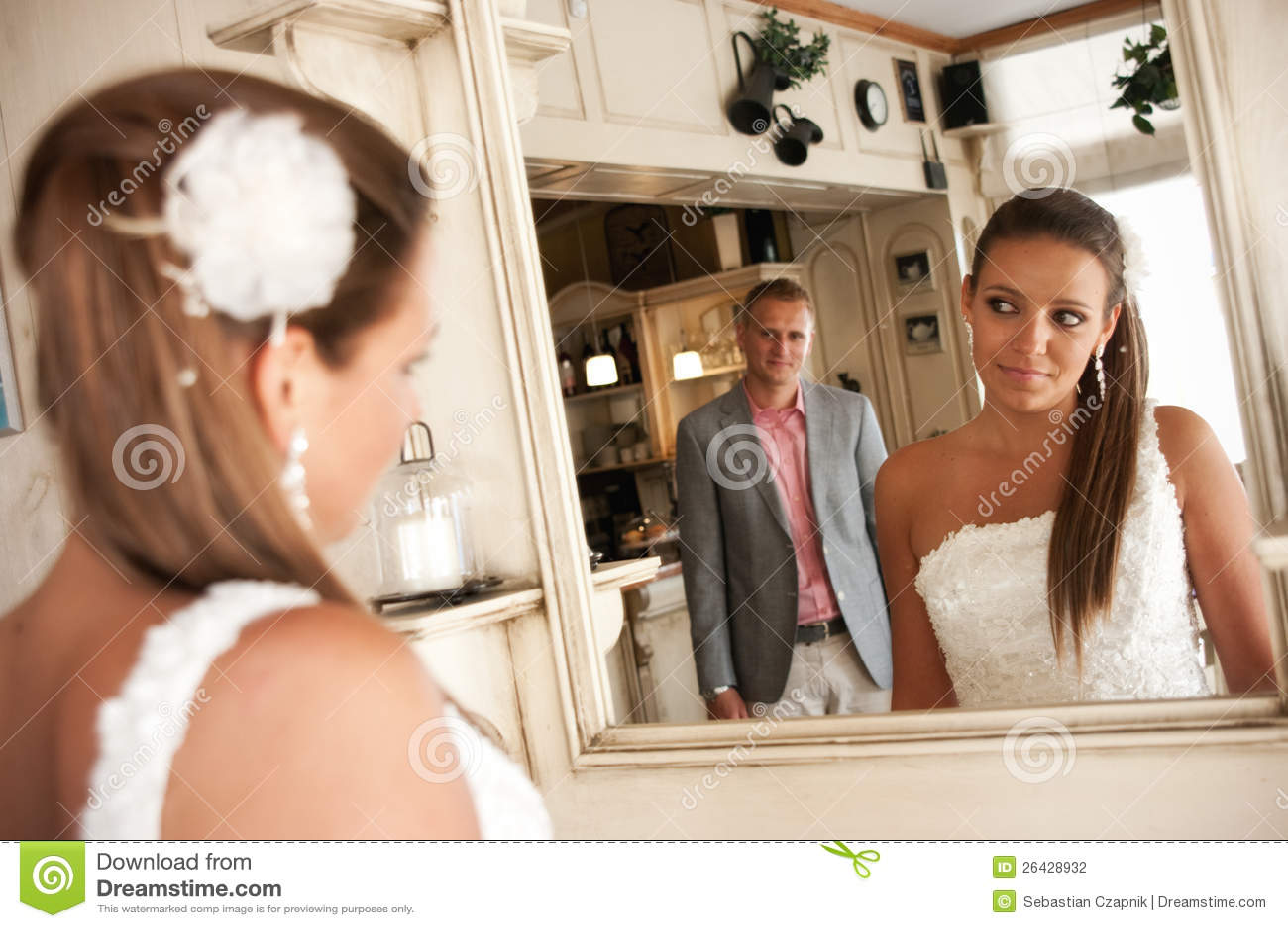 Wedding mirror couple stock photography image 26428932 for Monsieur du miroir