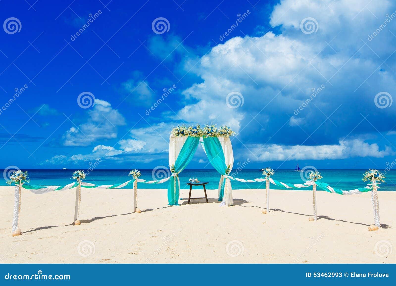 Wedding na praia Arco do casamento decorado com as flores no tr
