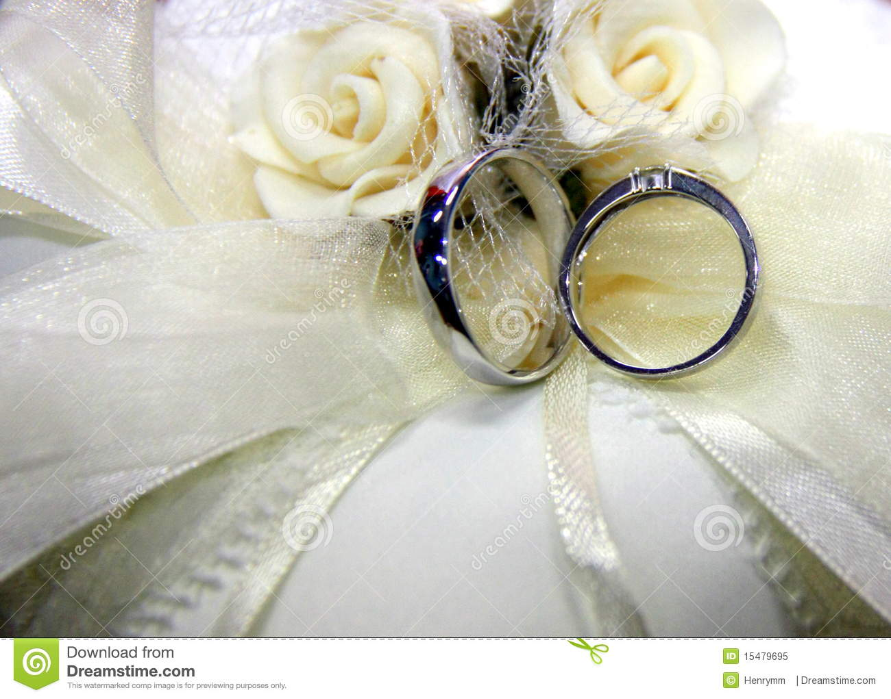 wedding rings and white roses royalty free stock photo